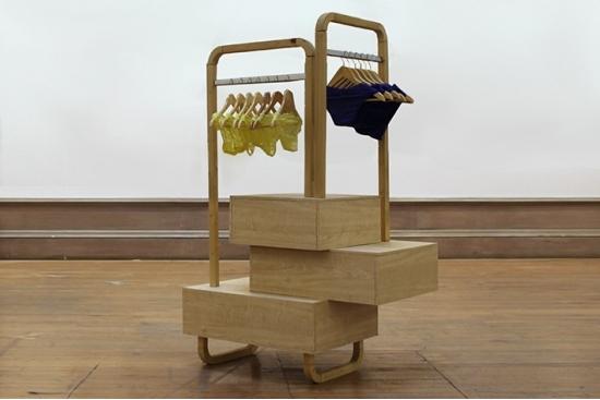 Réplique d'un présentoir en jaune et bleu